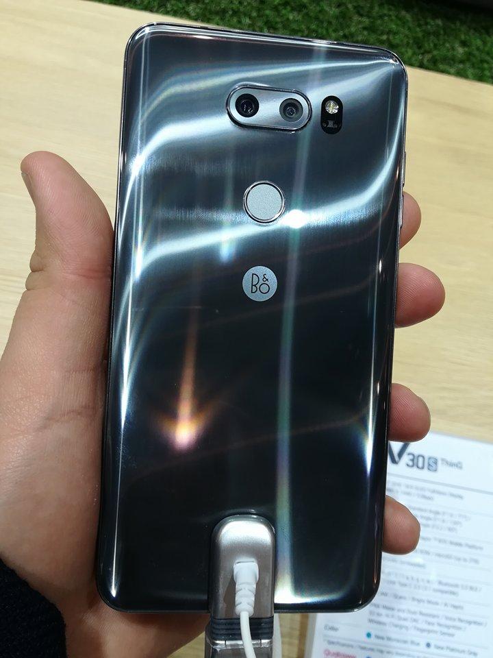 LG V30S THINQ posterior